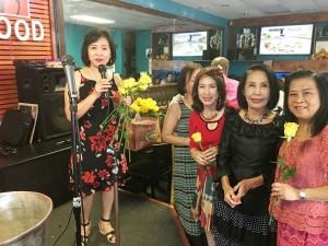 นุชนาฎ อุงอำรุง - นิตยา สิงหเนตร มอบดอกไม้ให้นักร้องสมัครเล่นเสียงดี ยุพา วสุนธราภิวัฒน์ (สวยต่างหาก) ที่ร้านอาหารเครื่องเทศ เมื่ออาทิตย์ที่ผ่านมา