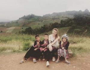 """ดร. ไอรดา """"Bobo"""" วัฒนวิทูกูร ไปทำกิจกรรมเพื่อประโยชน์ของเด็กด้อยโอกาส ที่เมืองไทยและแวะขึ้นเหนือไปขอชักภาพกับเด็กชาวเขาเมืออาทิตย์ที่ผ่านมา"""