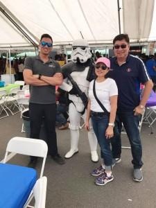 ก่อนเดินทางไปรัฐฮาวาย วิลลี่ /มาริสา วัฒนวงษ์คีรี และครอบครัวไปร่วม แจกกระเป๋าหนังสือ ให้เด็กที่ต้องการ ร่วมกับ ตำรวจลอสแอนเจลิส เค๊าตี้ เมืองโพโมน่า 22 July 2017