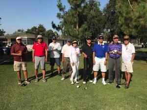 """ก๊วนกอล์ฟอาวุโส """"Whittier Narrows Golf Course"""" เล่นเป็นปกติในวันอังคารของทุกๆ สัปดาห์ จัดการก๊วนโดย สมชาย เจริญสันดร (ยืนหลังสาวเดียวในรูปชื่อ แอมมี่ ภรรยา  ชาตรี สีตราศัย) กลุ่มนี้ชอบไป Lunch ต่อหลังจบเกมส์ ที่ร้านอาหารจีน TinTin เมือง โรสมีด"""
