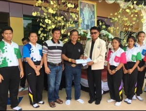 ทอง ตรีธารา (ที่ 4จากซ้าย) ครูสอนมวยไทยที่รัฐมิสซูลี ไปทำกุศลโดยการมอบเงิน ให้โรงเรียนที่ต้องการความช่วยเหลือที่ จ.เชียงราย เมื่อปลายเดือนมิถุนายน 2017