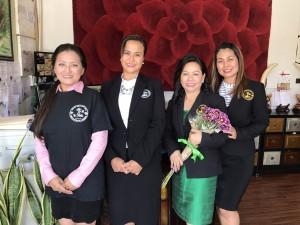 """สมาชิก สมาคมนวดและสปาฯ มอบช่อดอกไม้แสดงความยินดีให้ ประธานที่ปรึกษา วรนุช บุญประกอบ เนื่องในโอกาสที่เป็นผู้พูด """"ขยันพิชิตเงินล้าน"""" ที่สถานกงสุลใหญ่แอล.เอ.เมื่อวันที่ 29 June 2017"""