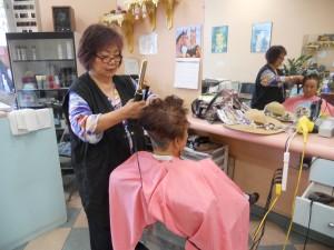 """ออกแบบทรงผม-ทำสีผม-ไฮไลน์ ทั้งสุภาพบุรุษ-สตรี ฝีมือ """"แพ็ต"""" ช่างผมมือหนึ่ง ที่ Pat's Hair Design ในเมือง Panorama City โทรนัดล่วงหน้าได้ที่ 818-893-1670"""