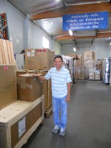 """ส่งของกลับเมืองไทย, รับของทั่ว USA, ออกของให้ที่ท่าเรือในกรุงเทพฯ, Door to Door Service ให้เป็นหน้าที่ของมืออาชีพ โดยมี """"ติ๊ก"""" ให้ความช่วยเหลือ ที่ Rama International Inc. เมือง N.Hollywood โทร. 818-764-9235"""