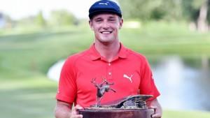 Bryson Dechambeau.. โปรหนุ่มอเมริกันวัย 23 ปี คว้าแชมป์.. PGA Tour รายการแรกในชีวิต สกอร์ 18 อันเดอร์พาร์ หลังจากที่พลาดท่าไม่ผ่านการคัดเลือก ติดต่อกัน 8 รายการ..