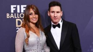 "Lionel Messi... วัย 30 ปี ดาวยิงตัวเก่งของทีม""เจ้าบุญทุ่ม"".. Barcelona.. แห่งลา ลีกา สเปน และ ทีมชาติอาร์เจนติน่า เตรียมฉลองงานวิวาห์กับ..""Antonella Roccuzzo""..วัย 29 ปี แฟนสาวที่รู้จักกันมาตั้งแต่อายุ 5 ขวบ แบบสุดหรู ที่โรงแรม.."" City Of Rosario""..ซึ่งเป็นโรงแรมที่หรูที่สุดในเมือง.. Rosario.. ประเทศอาร์เจนติน่า ในคืนวันศุกร์ที่ 30 มิ.ย. รายงานระบุว่า งานแต่งของซุปตาร์ลูกหนังได้เชิญแขกทั้งหมด 260 คน ซึ่งรวมถึงบรรดาแข้งดังอย่าง Neymar , Luis Suarez , Gerard  Pique  เพื่อนร่วมทีม.. Barcelona.."