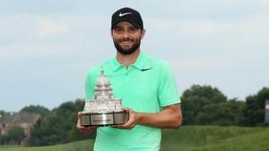 """Kyle Stanley .. วัย 29 ปี คว้าถ้วยแชมป์รายการ PGA รายการที่ 2 ในชีวิต หลังจากที่เล่นเพลย์ออฟ ชนะหนุ่มนักกอล์ฟ เพื่อนร่วมชาติ ..""""Charles Howell III"""".."""