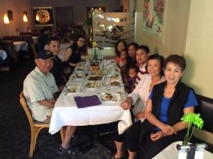 เยาวลักษณ์ เพชรประสิทธิ์ (ที่2 จากขวา) อดีตนายกสมาคมไทยปักษ์ใต้ฯ พาครอบครัวไปอุดหนุน ร้านศาลาไทย เมืองซานดิเอโก เมื่ิอาทิตย์ที่ผ่านมา