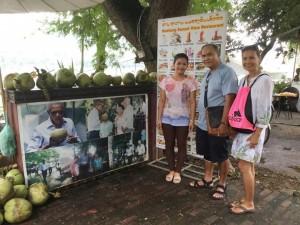 """ทรงศักดิ์ ปัทมาคม """"อู๊ด"""" พาภรรยาสุดที่รักตระเวณโลกหลัง Retired (จากเพื่อนฝูง) ในภาพไปเที่ยวเวียตนาม สิงหาคม 2017 แวะชิมมะพร้าวร้านเดียวกับที่ ท่านโอบาม่าเคย ชิมรสมาแล้ว"""