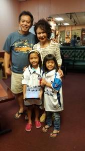 King/Cecily Cheng ให้ลูกเพื่อน ยุทธ ใส่เสื้อชุดนักฟุตบอลทีม PRC Alumni L A ที่จะลงแข่งฟุตบอล Thai Community Cup 2017 ดำเนินงานโดย Thai SoccerLeague
