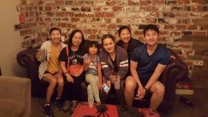 โสภิต แซ่เบ (ซ้ายสุด) มาเยี่ยมลูกๆ สุนทรี-สุวิมล-ชูเกียรติ ลูกสะใภ้ จุฑารัตน์ และหลาน Kaylene Li ที่เมืองนางฟ้า ในเดือนสิงหาคม 2017