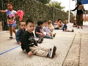 """Tyler Burnett (หน้าสุด) ลูกชาย """"ตาล""""Tarny และ David Burnett อายุครบเข้าเรียนอนุบาล สำหรับปีการศึกษา เดือน สิงหาคม 2017"""