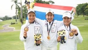 """ทีมสวิงหญิงไทย ประกอบด้วย... """"จีน"""" อาฒยา ฐิติกุล, """"อ๋อม"""" ฐิตาภา ภักดีเศรษฐกุล และ """"มีน"""" มนัสยา ซีมากร ... ลงแข่งขันในรอบชิงชนะเลิศ พบกับ ทีมชาติอินโดนีเซีย โดย ไทย ส่ง ...น้องจีน-อาฒยา และ อ๋อม-ฐิตาภา ...ลงแข่งขัน ผลปรากฎว่า ทีมสวิงหญิงไทย คว้าเหรียญทองมาครองได้สำเร็จ หลังเอาชนะคู่แข่งไปได้ทั้งสองคน โดย """"จีน"""" เอาชนะ ทาเทียน่า วีจายา ไปได้ 6 และ 5 (ชนะ 6 อัพ เหลือ 5 หลุม) ส่วน """"อ๋อม"""" ชนะ...อีดา อายู มีลาติ ... 2 และ 1 (ชนะ 2 อัพ เหลือ 1 หลุม) ทำให้ทีมไทยชนะไป 2-0 คะแนน คว้าเหรียญทองในประเภททีมหญิงไปครอง ส่วนเหรียญทองแดง เป็น """"เจ้าภาพ"""" มาเลเซีย ที่เอาชนะ ฟิลิปปินส์ มาได้ 2-1"""