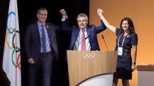 """ผลของการตัดสินออกมาเมื่ออาทิตย์ที่แล้ว คณะกรรมการโอลิมปิกสากล (International Olympic Committee) ได้ออกมาแถลงว่า คณะตัวแทนจากเมือง..""""ลอส แองเจลิส(แอลเอ)"""".. ประเทศสหรัฐอเมริกา ได้หลีกทางให้ ..""""กรุงปารีส""""... ประเทศฝรั่งเศส เป็นเจ้าภาพโอลิมปิกเกมส์ในปี 2024 ส่วนเมือง..""""ลอส แองเจลิส""""... จะรับหน้าที่เป็นเจ้าภาพในปี 2028 หลังจากทั้งสองเมืองเป็นคู่ชิงแคนดิเดตการเป็นเจ้าภาพโอลิมปิกเกมส์ 2024 ด้าน ..""""Thomas Bach"""".. ท่านประธานกล่าวว่า คณะกรรมการยินดีกับการตัดสินใจของ..""""ลอส แองเจลิส"""".. เรามีความยินดีจะให้พวกเขาเป็นเจ้าภาพในปี 2028 อีก (11 ปีข้างหน้า) นอกจากนี้มีรายงานข่าวว่า ทีมงานจัดโอลิมปิกเกมส์ของ..""""ลอส แองเจลิส""""... ต้องการใช้เวลาเพื่อปรับปรุงระบบขนส่งมวลชนและการเตรียมความพร้อมในหลายๆ ด้าน สำหรับประเทศที่ได้รับเลือกเป็นเจ้าภาพ จะมีการตั้งงบประมาณจัดไว้ราว 1.8 พันล้านเหรียญสหรัฐ"""