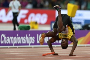 """เศร้าในสายตาของคนดูอย่างเราๆ ที่ไม่อยากให้จบลงแบบไม่ค่อยสวยเท่าไหร่..""""Usain Bolt""""..ยอดนักวิ่งลมกรดชาว..Jamaica...ปิดฉากอาชีพนักวิ่งด้วยความผิดหวังเต็มๆ จบทั้ง 2 รายการในการแข่งขันกรีฑาชิงแชมป์โลก 2017 ที่กรุงลอนดอน ประเทศอังกฤษ โดยพลาดเหรียญทองทั้งสองประเภทที่ตนเองเป็นตัวเต็ง ทั้งวิ่ง 100 เมตรชาย และ วิ่งผลัด 4 คูณ 100 เมตรชาย รอบชิงชนะเลิศ เมื่อวันที่ 12 ส.ค. ..""""Usain Bolt""""..นำทัพลมกรดทีมชาติ..""""Jamaica""""..ลงชิงชัยวิ่งผลัด 4 คูณ 100 เมตร ปรากฎว่าขณะที่วิ่งไม้สุดท้าย..""""Usain Bolt""""..บาดเจ็บตรงเอ็นหลังหัวเข่า ถึงกับล้มคว่ำกลางลู่ พลาดเหรียญรางวัลอย่างน่าเสียดาย เขาเป็นคนวิ่งไม้สุดท้าย หลังรับไม้และออกวิ่งได้ปกติจนขึ้นมาเป็นอันดับที่ 3 จากนั้นสักพักมีอาการบาดเจ็บ ก่อนที่จะลงไปนอนกับลู่วิ่งด้วยความผิดหวัง ดั่งในภาพที่เห็น..."""
