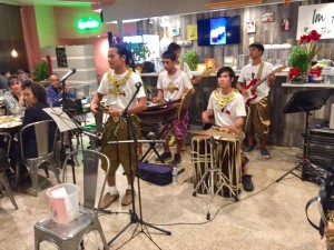 ครูช่าง ชลประคัลภ์ จันทร์เรือง พาเด็กนักเรียน โรงเรียนมรดกใหม่ มาแสดงดนตรีไทยแบบ ประยุกต์ พร้อมด้วยแสดงละครประกอบดนตรีไทย ที่ร้านอาหารอิ่มอร่อย เมื่อวันเสาร์ที่ 23 กันยายน 2017