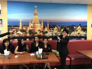 """สาวๆ กรรมการสมาคมนวดไทยและสปาฯ ไปร่วมตั้งหน่วยงานพัฒนาไทยทาวน์ ล่าสุดของกลุ่มได้ชักชวน """"ป้าอ๊อด"""" ให้ติดตั้งรูปภาพวิวประเทศไทยเพื่อความสวยงามและดึงดูดลูกค้า"""