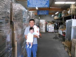 """ส่งของกลับเมืองไทย ทางเรือ ทั่วสหรัฐฯ ยกให้เป็นหน้าที่ของมืออาชีพ โดยมี """"ติ๊ก & น้องอลิสา"""" ให้การต้อนรับ ที่ Rama International Inc. 7313 Ethel Ave., N.Hollywood, CA 91605  ติดต่อ 818-764-9235"""