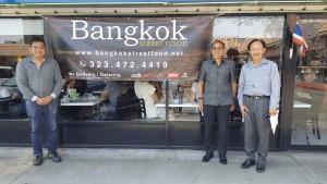 """กงสุลใหญ่ แอล.เอ. ธานี แสงรัตน์ ติดใจรสอาหาร ที่ร้าน Bangkok Street Food ในไทยทาวน์ ถนน Hollywood เลยแวะไปชิมอีกเป็นครั้งที่นับไม่ถ้วน โดยมี """"จิมมี่"""" ผู้จัดการร้าน ให้การต้อนรับ เมื่ออาทิตย์ผ่านมา"""
