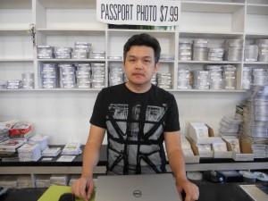 """สนใจเช่าวิดีโอ-ดีวีดี ละคร-เกมโชว์-ทอล์คโชว์-รายการต่างๆ จากเมืองไทย พร้อมรับถ่ายภาพติดพาสปอร์ต โดยมี """"วุฒิ"""" คอยให้คำแนะนำ ที่ร้านสยามโฟโต้&วิดีโอ บนถนน ฮอลลีวูด สอบถามได้ที่ 323-666-2134"""