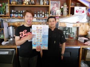 """….ชื่นชอบอาหารทะเลสดๆ กุ้งตัวใหญ่, ปูก้ามโต, ล็อบสเตอร์ หอย, ปลา, ปลาหมึก, เครย์ฟิช กับน้ำจิ้มรสเด็ดแบบไทยๆ และอาหารไทยตามสั่งอื่นๆ ฝีมือ """"เชฟโอ"""" พร้อมบริการดีๆ จาก """"หน่อย"""" (ซ้าย) ที่ The Shrimp Lover ใน Hollywood โทร. 323-668-9113"""