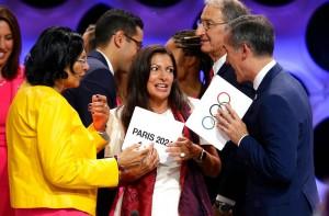 คณะกรรมการ..ไอโอซี...ประกาศเมื่อวันที่ 14 ก.ย.60 เลือก..กรุงปารีส.. เป็นเจ้าภาพโอลิมปิกปี 2024 ส่วนปี2028 ตกเป็นของเมืองนางฟ้า ..นครลอส แอนเจลีส.. คณะกรรมการโอลิมปิกสากล  จัดการประชุมครั้งที่ 131 ที่กรุงลิมา ประเทศเปรู ประกาศให้กรุงปารีส ประเทศฝรั่งเศส เป็นเจ้าภาพโอลิมปิกปี2024 ทั้งนี้ประธานาธิบดีฝรั่งเศสได้ออกมากล่าวแสดงความยินดีที่..ไอโอซี...เลือกกรุงปารีส... เป็นเจ้าภาพเป็นครั้งที่สองเพื่อฉลองครบรอบ 100 ปีหลังเคยเป็นเจ้าภาพครั้งแรกปี 1924. ขณะเดียวกันบริเวณหอไอเฟล กรุงปารีสมีประชาชนบางส่วนเข้ามาชมการประกาศผลผ่านจอสกรีนยักษ์ ท่ามกลางสายฝนที่โปรยปรายลงมาไม่ขาดสายจากนั้นก็มีพิธีเปิดผ้าคลุมสัญญลักษ์โอลิมปิกออกอย่างเป็นทางการเมื่อได้รับเลือกให้เป็นเจ้าภาพ และ ส่วนในปี 2028 ประกาศให้...นครลอส แอนเจลีส... เมืองที่มีประชากรมากสุดเป็นอันดับ 2 ของสหรัฐฯรองจากนครนิวยอร์คได้เป็นเจ้าภาพอย่างเป็นทางการ..ก็มีการฉลองการเป็นเจ้าภาพครั้งที่สามแบบเรียบง่ายมีการจุดไฟบนกระถางคบเพลิงที่..นครลอส แอนเจลีสโคลีเซียม .. ซึ่งในอดีตที่ผ่านมาเมืองนางฟ้า แอลเอเคยเป็นเจ้าภาพโอลิมปิก ฤดูร้อนมาแล้วสองครั้งปี 1932 และ 1984...