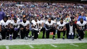 """ประธานาธิบดีสหรัฐอเมริกา เจอกระแสต่อต้านจากนักกีฬาอเมริกัน ฟุตบอล NFL อย่างหนัก แสดงออกเชิงสัญลักษณ์ เมื่อนักกีฬานับร้อยคน ไม่ยอมเคารพเพลงชาติสหรัฐ ก่อนที่เริ่มการแข่งขัน ตามมาด้วยบรรดาเจ้าของทีมฟุตบอลอีกหลายคนที่ไม่เห็นด้วยกับคำพูดของ ท่านผู้นำประเทศ ต่างก็ออกมาให้สัมภาษณ์ต่อต้านทันที ..""""กล่าวว่า เราโชคร้ายที่ได้ประธานาธิบดีที่สร้างแต่ความแตกแยก"""" ..."""" ประเทศที่ยิ่งใหญ่นี้แต่กลับมีคำพูดที่แย่ของผู้นำ มันตรงข้ามกับประเทศเราจริงๆ"""" ..  ..""""ประธานาธิบดีพูดจารุนแรง และไม่เหมาะสม สร้างความแตกแยก """"..."""