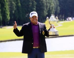 """การแข่งขันกอล์ฟรายการเมเจอร์ใหญ่ประจำปี """"Japan Senior Open Championship""""..ครั้งที่ 27 เป็นรายการของ..Japan Senior Tour.. ที่สนามกอล์ฟ..The Classic Golf Club ..พาร์ 72 ที่ เมือง Fukuoka ประเทศญี่ปุ่น โปรแกรมเดิมแข่งขันระหว่างวันที่ 14-17 ก.ย. แต่เนื่องจากวันสุดท้ายมีพายุเข้าจึงต้องเลื่อนมาแข่งในวันจันทร์ที่ 18 ก.ย. ปรากฎว่า""""โปรหมาย"""" ประหยัด มากแสง โปรกอล์ฟ จากหัวหิน,  ประจวบคีรีขันธ์..แชมป์เก่าของไทย วัย 51 ปีจบสกอร์สี่วันสกอร์รวม 18 อันเดอร์พาร์ป้องกันแชมป์รายการนี้ได้อีกสมัย รับเงินรางวัลแชมป์ 16 ล้านเยน และยังคว้าสิทธิ์ไปแข่งในรายการ..U.S.Senior Open.. ซึ่งเป็นหนึ่งใน 5 รายการเมเจอร์ใหญ่ของศึก...PGA Champion Tour อีกครั้งในปีหน้า..."""