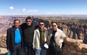Oct 2nd,2017 วิลลี่ วัฒนวงษ์คิรี หลบลูกปืนจากเวกัสพาเพื่อนนร.เก่าสวนกุหลาบไปเที่ยว Grand Canyon จากซ้าย Suvit Reanroongruang- วิลลี่-พูลเพิ่ม ปิยะอนันต์ และ Suthada Suthewaporn