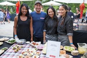 อแมนด้า ขันตี (ที่ 2 จากขวา) เจ้าของร้านอาหารจันดาราไทย (818)848-8520 in Burbank, CA เป็นสตรีไทย Thai Second Generation ที่ประสบความสำเร็จอย่างน่าภาคภูมิใจ