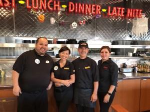 วัลภา ไม้ชัยมงคล (ที่ 2 จากซ้าย) สาวเสริฟคนไทย คอยให้การต้อนรับ พร้อมด้วยพ่อครัว มือหนึ่ง ที่ทำอาหารอเมริกันรสชาติดีเยี่ยม และทีมงาน ชื่นชอบอาหารฝรั่ง แวะไปชิมได้ที่ร้าน Denny's เมือง El Monte