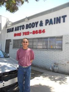 """พ่นสี เคาะรถทุกชนิด ฝีมือปราณีต โดย """"ช่างแดง"""" ช่างผู้ชำนาญงาน ที่ Siam Auto Body and Paint 16042 Arminta St., Van Nuys, CA 91406 โทร. 818-782-8684"""