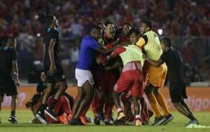 """""""ทีมชาติปานามา"""".. สร้างประวัติศาสตร์เป็นทีมที่ 3  ที่ผ่านเข้ารอบสุดท้ายฟุตบอลโลกได้สำเร็จเป็นสมัยแรก .. ทีมชาติปานามา..เปิดบ้านเฉือนเอาชนะ..ทีมชาติคอสตาริก้า ...ได้สำเร็จ 2-1 เมื่อวันอังคารที่ผ่านมา ทำให้ได้ตั๋วไปฟุตบอลโลก เป็นทีมอันดับที่ 3 ของโซนคอนคาเคฟ.. จากผลงานดังกล่าวทำให้ประชาชนได้ออกมาฉลองกันทั้งประเทศ ทำให้ท่านประธานาธิบดีได้ออกมาประกาศให้เป็นวันหยุดประเทศเรา จะได้เฉลิมฉลองไปด้วยกัน ท่านประธานาธิบดีปานามา กล่าว"""