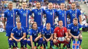 เหลือเชื่อดูโฉมหน้าของพวกเขาเหล่านี้ที่สามารถนำเอาทีมฟุตบอลของประเทศ..Iceland .. เป็นประเทศนอร์ดิก ในยุโรปเหนือ..ตั้งอยู่บนเกาะในมหาสมุทรแอตแลนติกเหนือระหว่างเกาะกรีนแลนด์, นอร์เวย์ , สหราชอาณาจักร มีประชากรทั้งหมดประมาณ  332,529 คนเท่านั้น และยังได้ถูกยกให้เป็นเมืองที่สงบสุขที่สุดอันดับที่  3 ของโลก ด้วยจำนวนประชากรเพียง 3 แสนกว่าชีวิต แต่วันนี้พวกเขาทำได้สำเร็จแล้ว เป็นสถิติใหม่ของวงการฟุตบอลในโลกใบนี้ เมื่อทีมชาติ..Iceland..เข้ารอบฟุตบอลโลก ประชากรน้อยขนาดนี้ไม่เคยมีมาก่อนในอดีตที่ผ่านมา ซึ่งการปรบมือให้พวกเขาเหล่านี้ ความยิ่งใหญ่ที่สร้างเอาไว้ครั้งนี้ นักเตะจากชาติเล็กๆ แต่การกระทำมันจะเป็นบทบันทึกไว้ตลอดกาล...สิ่งที่ได้รู้ เราเห็นมันส่งความรู้สึกถึงความเป็นอันหนึ่งอันเดียวกันของพวกเขาอย่างแท้จริง...