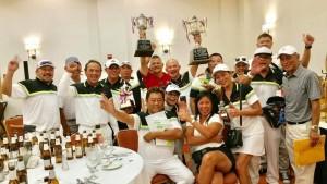 """ทีมกอล์ฟสมาคมไทยแห่งแคลิฟอร์เนียภาคใต้ แสดงความดีใจ เลี้ยงฉลองชัยชนะภายหลังจากที่คว้าแชมป์ .. Princess Cup Tournament ครั้งที่ 17... ครองถ้วยพระราชทานของ .. """"สมเด็จพระเทพรัตนราชสุดาฯ สยามบรมราชกุมารี"""" ...อีกครั้ง เมื่อค่ำคืนวันอาทิตย์ที่ 1 ตุลาคม"""