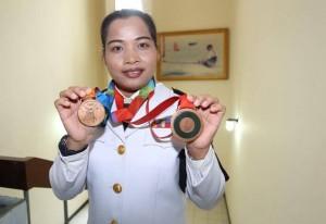 """ถึงแม้ว่าเวลาจะล่วงเลยผ่านไปหลายปีแล้ว..10 ปีแห่งการรอคอยก็ได้สิ้นสุดลงแล้ว เมื่อ .. """"น้องแบ๋น"""".. วันดี คำเอี่ยม เป็นนักกีฬาหญิงของไทยเราที่บันทึกลงในประวัติศาสตร์การกีฬาของชาติ ที่คว้าเหรียญโอลิมปิกเกมส์ ได้ 2 สมัย ในโอลิมปิกเกมส์ 2004 ที่เอเธนส์ ประเทศกรีซ ก่อนจะได้เหรียญทองแดง ในโอลิมปิกเกมส์ 2008 ที่ปักกิ่ง แต่เหรียญที่ 2 นี้ เธอต้องรอเวลายาวนานเกือบ 10ปี การแข่งขันยกน้ำหนัก """"ปักกิ่งเกมส์"""" รุ่น 58 กก.หญิง มีการตรวจสอบพบว่า..Marina  มารีน่า ไชโนว่า..นักยกน้ำหนักหญิงของรัสเซีย ที่ได้เหรียญเงิน ถูกตรวจพบสารต้องห้าม จึงถูกลงโทษด้วยการยึดเหรียญรางวัลคืน และเลื่อนนักกีฬาลำดับถัดมาให้ได้เหรียญเงินแทน ส่งผลให้ ร.อ.หญิง วันดี ที่คว้าอันดับ 4 ในการแข่งขันครั้งนั้น ได้ขยับขึ้นมาเป็นอันดับ 3 และคว้าเหรียญทองแดงในที่สุด ขณะนี้เธอได้อำลาทีมชาติไทยไปเมื่อปี 2553 หลังเอเชี่ยนเกมส์ ครั้งที่ 16 ที่มืองกวางโจว เวลานี้ทำหน้าที่เป็นผู้ฝึกสอนยกน้ำหนักที่โรงเรียนศึกษาสงเคราะห์ จ.สุราษฎร์ธานี  ..เธอเป็น 1 ใน 3 นักกีฬาของประเทศไทย ที่ได้เหรียญโอลิมปิกเกมส์ 2 สมัย ได้แก่ .. """"มนัส บุญจำนงค์"""" นักมวยสากลสมัครเล่น และ.. """"พิมศิริ ศิริแก้ว""""...นักยกน้ำหนัก ด้าน .. """"ร.ท.หญิง วันดี คำเอี่ยม""""..นั้นเป็นนักกีฬาหญิงไทยคนแรกที่คว้าเหรียญรางวัลในโอลิมปิกเกมส์ได้ 2 สมัย ได้กล่าวว่า.. """"ดีใจที่สามารถสร้างชื่อเสียงให้กับประเทศไทยได้อีกครั้ง ถึงแม้จะผ่านเวลามานานแล้วก็ตาม"""".. ขอแสดงความยินดีและดีใจด้วยครับ .."""