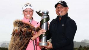 """…."""" Brooke M. Henderson """".. โปรสาวชาว แคนนาดา เมื่ออาทิตย์ที่แล้วโชว์ฟอร์ม ทิ้งห่าง 5 สโตรกคว้าแชมป์ รายการ ..New Zealand Women's Open..เป็นชัยชนะรายการของ.. LPGA..  ครั้งที่ 2  ในปีนี้"""