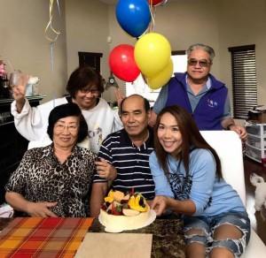 """Vatcharee """"ตาล"""" Sricharoonputong เชิญเพื่อน อาทิ ก้องเกียรติ จันทรางสุ มาร่วมทานเค้กวันเกิดของคุณพ่อ (นั่งกลาง) เมื่ออาทิตย์ที่ผ่านมา"""