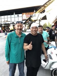 """อรรคเดช ศรีพิพัฒน์ ไปเยี่ยมพี่สาวที่เมืองไทยแวะไปขี่ Vespa Scooter ไปTrip เขื่อนขุนด่านปราการชล จ.นครนายก Nov 26,2017 แวะดื่มกาแฟร้าน """"โหน่ง ชะชะช่า""""พร้อมถ่ายรูปไว้เป็นที่ระลึก"""