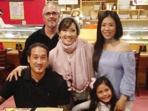 Happy birthday to วรวรรณี ศรีพิพัฒน์ (ยืนกลาง) Nov 13, 2017 เป่าเค้กกันพร้อมหน้า สามี -ลูกชาย -ลูกสาว และหลานสาว