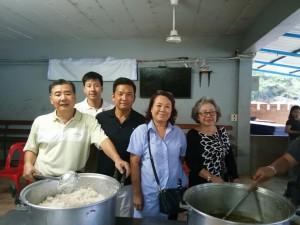 อุทัย/สินีนาฎ กลิ่นมาลัย สองตายาย เจ้าของร้าน Shrimp Lover ทำมาค้าขึ้นมาเที่ยวพักผ่อน ที่เมืองไทยแวะทำบุญให้อาหารแก่เด็กๆ หลังกลับจากเที่ยวอินเดีย ขอให้มีสุขภาพที่แข็งแรง