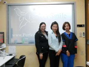 """ยิ้มสดใส ฟันเรียงสวย ด้วยการจัดฟันแบบใส (Invisalign) พร้อมลุ้นโชคทันที หมุนวงล้อ แจกโชคมูลค่า มากกว่า $600 โดยมี """"แพ็ท"""" (กลาง) &ทีมงาน ให้การต้อนรับ ที่ The Perfect Smile 501 S. Garfield Ave. Alhambra, CA 91801 โทรนัดล่วงหน้าที่ 626-570-1818 Office, 626-327-2872 พูดไทย"""
