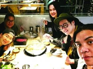 """""""เชฟเฟิร์น"""" สมฤทัย แก้วตาทิพย์ & """"เชฟปลา"""" โนรี คงวุธ พร้อมทีมงาน แห่ง ร้าน Luv2Eat Thai Bistro บนถนน Sunset (323-498-5835) แวะทานอาหารฉลอง Thanksgiving ก่อนจะไปช้อปปิ้งโต้รุ่ง เมื่อคืนวันพฤหัสที่ 23 พฤศจิกายน 2017"""