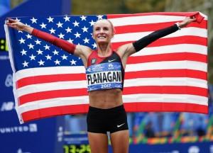"""….""""New York Marathon 2017"""" นักวิ่งสาวอเมริกันคนแรกที่ชนะการแข่งขันวิ่งมาราธอนในรอบ 40 ปี ที่นิวยอร์ก การแข่งขันวิ่งสุดยิ่งใหญ่ ประจำปีของมลรัฐ นิวยอร์ก..""""New York Marathon 2017""""..เมื่อวันอาทิตย์ที่ 5 พฤศจิกายน ที่ผ่านมา ซึ่งมีผู้เข้าร่วมการแข่งขันกว่า 5หมื่นคน จาก 125 ประเทศ ผลปรากฏว่าการแข่งขันประเภทหญิง """"Shalane Flanagan"""" นักวิ่งสาววัย 36 ปี ไม่ทำให้ชาวอเมริกันต้องผิดหวังอีกต่อไปแล้ว เพราะเธอวิ่งเข้าเส้นชัยเป็นคนแรกด้วยเวลา 2 ชั่วโมง 26 นาที 53 วินาที เฉือนเอาชนะนักวิ่งจากเคนย่า..""""Mary Keitany""""..ที่ผ่านมา 3 ครั้ง เธอคว้าชัยชนะมาตลอดหยุดสถิติเอาชนะเป็นครั้งที่ 4 ติดต่อกันของนักวิ่งเคนย่า ด้วยเวลาทิ้งห่าง 61 วินาที โดยในการแข่งขันที่ผ่านมาก่อนหน้านี้เคยได้เป็นรองแชมป์ในปี 2010 และคว้าอันดับ 6 ในการแข่งขันโอลิมปิกที่ผ่านมา นับเป็นนักวิ่งมาราธอนสาวชาวอเมริกันคนที่สองนับจาก..""""Miki Gorman""""..ที่คว้าชัยชนะได้ในปี 1977"""