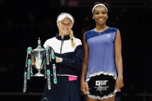 """ครั้งแรกในชีวิต จากการที่ได้โคจรมาพบกัน 7 ครั้งผ่านมา.. """"Caroline Wozniacki"""".. พึ่งจะประสพความสำเร็จไล่ต้อน .. """"Venus William""""... 2 เซตรวด คว้าแชมป์ WTA Finals 2017 เป็นครั้งแรกในชีวิต ที่สิงคโปร์ การแข่งขันเทนนิส รายการ. WTA Finals.. ระหว่างวันที่22-29 ตุลาคม เมื่อคืนวันที่ 29ตุลาคม เป็นการแข่งขันกันในรอบชิงชนะเลิศระหว่างสองสาว  จากการพบกันมา 7 ครั้งก่อนหน้านี้ ..Venus Williams..เอาชนะ ..Caroline Wozniacki..ได้ทั้งหมด แต่ในแมตช์นี้ผลการแข่งขันไม่เป็นเช่นดังเดิม.. เมื่อ..Caroline Wozniacki ..วัย 27 ปี สามารถเอาชนะ ..Venus Williams..ได้ทั้ง 2 เซตด้วยสกอร์ 6-4, 6-4 จากการตีแบ็คแฮนด์ขนานเส้นในลูกสุดท้ายอย่างสวยงาม ..  คว้าแชมป์รายการนี้ได้เป็นครั้งแรก ซึ่งก่อนหน้านี้ทำผลงานได้ดีที่สุดแค่ได้ชิงในปี 2010 แต่ในเกมส์เดียวกันนี้..Venus Williams..ซึ่งก็มีหวังจะคว้าแชมป์เป็นครั้งที่ 50 ให้กับอาชีพการเล่นของตัวเอง ในวันอาทิตย์ที่ผ่านมา เป็นต้องผิดหวังและในฤดูกาลนี้เธอเป็นผู้เล่นคนเดียวของรายการ WTA Finals ที่ยังไม่ชนะรายการใดๆ เลย วิลเลียมส์ เข้าชิงในรายการใหญ่ในปีนี้ถึง 3 รายการ ได้แก่ ออสเตรเลียน โอเพน, วิมเบิลดัน และรายการนี้ ซึ่งเธอก็ไม่ได้แชมป์"""