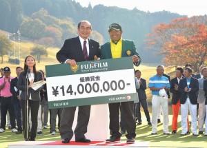 """แชมป์..Asian Tour ครั้งที่ 10..เป็นแชมป์ครั้งที่ 4 ของปีนี้ """"โปรหมาย"""" ประหยัด มากแสง...โปรมือเก๋า วัย 51 ปี จากหัวหิน จ.ประจวบคีรีขันธ์ เก็บแชมป์อีกครั้ง จากการแข่งขันกอล์ฟ """"Japan Senior Tour"""".. รายการ """"2017  Fujifilm Senior Championship""""..ชิงเงินรางวัลรวม 70 ล้านเยน หรือราว $612,150 ที่สนาม..The Country Club Japan...Chiba, Japan Yards 7,022 หลา Par 72 สำหรับโปรหมายนั้นได้เดินทางไปล่ารางวัลใน..Japan Tour..ผ่านมายาวนานถึง 21 ปีเต็ม ในสมัยที่ยังหนุ่มอยู่ได้แชมป์..Japan Tour...มาทั้งหมด 7 รายการ และโกยเงินเยนกลับบ้านมากกว่า 720 ล้านเยนหรือประมาณ 240 ล้านบาท เท่านั้นเอง"""