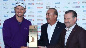 """ทำได้สำเร็จเป็นไปตามความคาดหมายของวงการพนันเมื่อบริษัทรับพนันที่ถูกกฎหมายได้ให้โปรกอล์ฟหนุ่มของประเทศอังกฤษ """"Justin  Rose""""..ที่เพิ่งจะคว้าแชมป์กอล์ฟโลก...WGC - HSBC Champions... ที่นคร Shanghai, China มาสดๆ ร้อนๆ เมื่อ 2 อาทิตย์ที่แล้ว เป็นเต็ง 1 ในการแข่งขันกอล์ฟรายการใหญ่ของ..European Tour..ในอาทิตย์ที่แล้วผ่านมานี้เป็นทัวร์สุดท้ายในฤดูกาลนี้ โดยบริษัทรับพนัน.. """"William Hill Betting""""..ของประเทศอังกฤษยกให้ ..Justin Rose... อยู่ในอัตรา 7 ต่อ 1ที่จะครองแชมป์กอล์ฟรายการ..Turkish Airlines Open..ซึ่งเขาก็ทำสามารถทำได้ตามวงการพนันคาดการณ์ไว้ คว้าถ้วยแชมป์และเงินรางวัล เมื่อทำสกอร์เบอร์ดี้ที่หลุม 18 จบด้วยสกอร์รวม 4 วัน ได้ 18อันเดอร์พาร์ 69-68-64-65 (266) เขาคว้าแชมป์รายการนี้ไปครองพร้อมกับรับรางวัลแชมป์จำนวน985,496 ยูโร นับเป็นแชมป์อาชีพครั้งที่ 18 ในชีวิต เล่นกอล์ฟอาชีพมาแล้ว 17 ปี เล่นผ่านมาแล้วทั่วโลก 62 รายการ"""