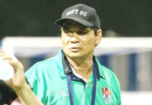 """หลังจากที่ท่าน """"นายพล บิ๊กอ๊อด"""" พล.ต.อ.สมยศ พุ่มพันธุ์ม่วง นายกสมาคมกีฬาฟุตบอลฯ คนที่ 17 ได้ออกมาเปิดเผยถึงขบวนการล็อกผลฟุตบอลในประเทศไทย เล่นเอา""""น้าฉ่วย""""..สมชาย ชวยบุญชุม..อดีตกุนซือราชนาวี ที่คุมทีมในฤดูกาลที่ผ่านมา ทว่าตอนนี้หมดสัญญาแล้ว ถึงกับสะอื้นยอมรับว่าตัวเขาเองไม่เคยสงสัยในตัวลูกทีมที่มีชื่อพัวพันการล้มบอลเลย เพราะคิดว่าที่ผลงานออกมาไม่ดีน่าจะเป็นเพราะการฝึกซ้อมไม่ดี เมื่อแถลงข่าวจับขบวนการล้มบอลล็อตแรก มี 4 ดาวดังของทีมราชนาวี ร่วมอยู่ในขบวนการด้วย ประกอบด้วย สุทธิพงษ์ เหลาพร, สุวิทยา นำสินหลาก, เสกสันต์ ชาวทองหลาง และ ณรงค์ วงษ์ทองคำ อยู่ในขบวนการนี้ด้วย ทางด้าน..""""น้าฉ่วย""""..สมชาย ชวยบุญชุม.. ยอมรับว่าไม่เคยสงสัยเลยแต่ในเมื่อมีรายชื่อออกมาแบบนี้ก็คงจะจริงตามนั้น ไม่ใช่ว่าการซ้อมไม่ดีอย่างที่ตนเองคิด เพราะบางคนก็ฟอร์มตกไปซะเฉย ๆ ในบางแมตช์ กล่าวว่า """"เอาจริงๆ นะ ผมไม่รู้สึกว่าผมเจอพิรุธของนักเตะเหล่านี้เลยนะ พวกที่มีชื่อเกี่ยวข้องกับการล้มบอล เพราะว่าเวลาบอลแพ้ผมก็คิดว่าเราเองซ้อมกันได้ไม่ดีพอ หรือว่านักเตะเสียสมาธิกันไปเองมากกว่า  สำหรับความผิดพลาดของนักเตะในแต่ละเกมนั้น มันสามารถเกิดขึ้นได้จริงๆ แต่พอมันมีข่าวเรื่องล้มบอลขึ้นมาผมก็ว่ามันน่าจะจริง เพราะว่านักเตะที่มีชื่อพวกนั้นเวลาซ้อมเขาก็ทำได้ดีนะ แต่พอถึงบางเวลาก็เล่นหลุดฟอร์มไปอย่างน่าใจหาย ผมเลยเชื่อว่ามันน่าจะเกี่ยวข้องกับเรื่องล้มบอล""""...นี่คือคำสัมภาษณ์ของโค้ชคนดังต่อคณะผู้สื่อข่าว"""