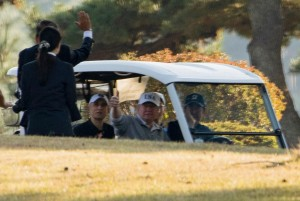 """สองผู้ยิ่งใหญ่ของโลกโชว์วงสวิงพร้อมกับมืออันดับที่  4 ของโลก ในโอกาสที่เยือน """"แดนปลาดิบ"""" ในวันอาทิตย์ที่ 5พ.ย. ประธานาธิบดีสหรัฐฯ """"Donald Trump"""" ออกรอบกับผู้นำของประเทศญี่ปุ่น ..Shinzo Abe..และนักกอล์ฟคนดังของประเทศญี่ปุ่น มืออันดับที่ 4 ของโลก Hideki Matsuyama เป็นการประสานความสัมพันธ์ในโอกาสเยือนประเทศญี่ปุ่น ที่สนามกอล์ฟ Kassumigaseki Country Clubสนามกอล์ฟที่จะใช้แข่งขัน """"2020 Olympic Golf"""" ซึ่งสนามนี้นั้นพึ่งจะอนุญาตให้สุภาพสตรีนักกอล์ฟเข้ามาเล่นในสนามได้เป็นครั้งแรกเมื่อ 8 เดือนที่แล้วนี่เอง ..ทั้งนี้เป็นการออกรอบเพียงแค่ 9 หลุม ก่อนจะขึ้นคลับเฮ้าท์"""
