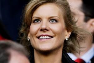 """โฉมหน้าเจ้าของใหม่ """"Amanda Staveley"""" เป็นนักธุรกิจสาวชาวอังกฤษ เตรียมขึ้นเป็นเจ้าของสโมสรคนใหม่ของทีมฟุตบอล..Newcastle..ทีมที่แฟนคลับชาวไทยเรียกกันติดริมฝีปากว่า..""""สาริกาดง""""..หลังใกล้บรรลุข้อตกลงซื้อกิจการต่อจาก """"Mike Ashley""""เจ้าของคนปัจจุบัน สำหรับ """"Amanda Staveley"""" นั้น มีบริษัทธุรกิจและทรัพย์สินอยู่ทั่วโลกราว 1.26 ล้านล้านบาท ได้ตกลงซื้อสโมสรตั้งแต่เดือนตุลาคมที่ผ่านมา และคาดกันว่าการซื้อขายกำลังจะเสร็จสิ้นในอีกไม่กี่วันข้างหน้า โดยมูลค่าเทคโอเวอร์ครั้งนี้อยู่ที่ 300ล้านปอนด์ และจะมีการเปิดตัวอย่างเป็นทางการในเร็วๆ นี้"""